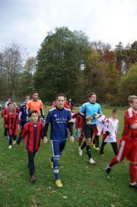 2013 E-Jugend läuft mit 1.Mannschaft ein